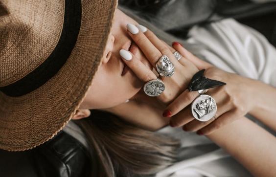 На каком пальце носить кольцо: подробный обзор от Bijusvit